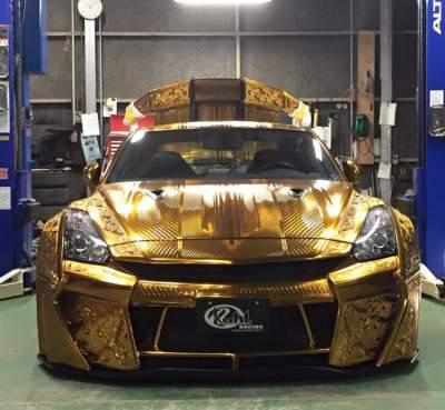 Позолоченный спорткар Nissan GT-R